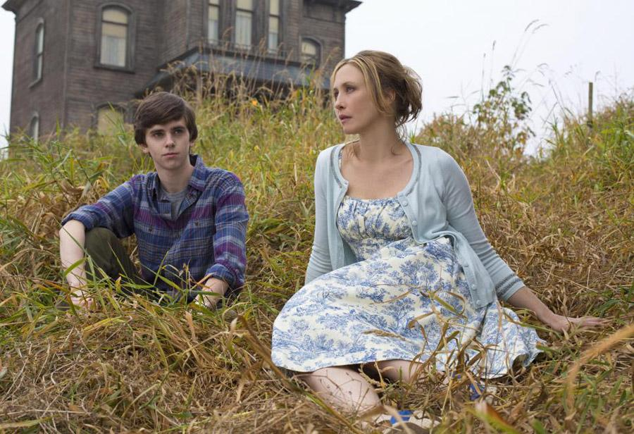 Norman Bates (Freddie Highmore) and his mother, Norma Bates (Vera Farmiga) sit in front of their newly bought home, which resembles the iconic