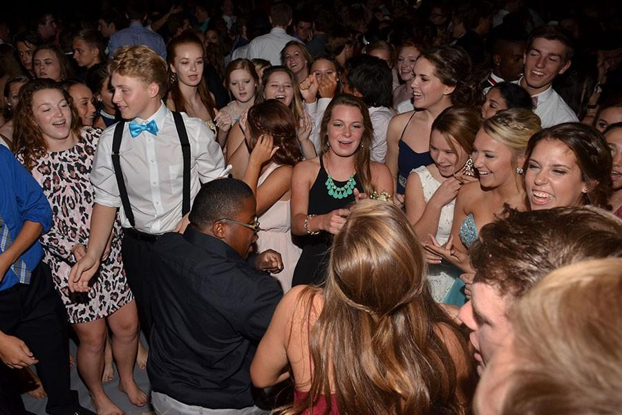 A+group+of+students+forms+a+circle+during+the+Sept.+26+Homecoming+dance.+The+dance+was+the+final+event+of+spirit+week+and+attracted+almost+1%2C100+students+to+the+large+gym.+