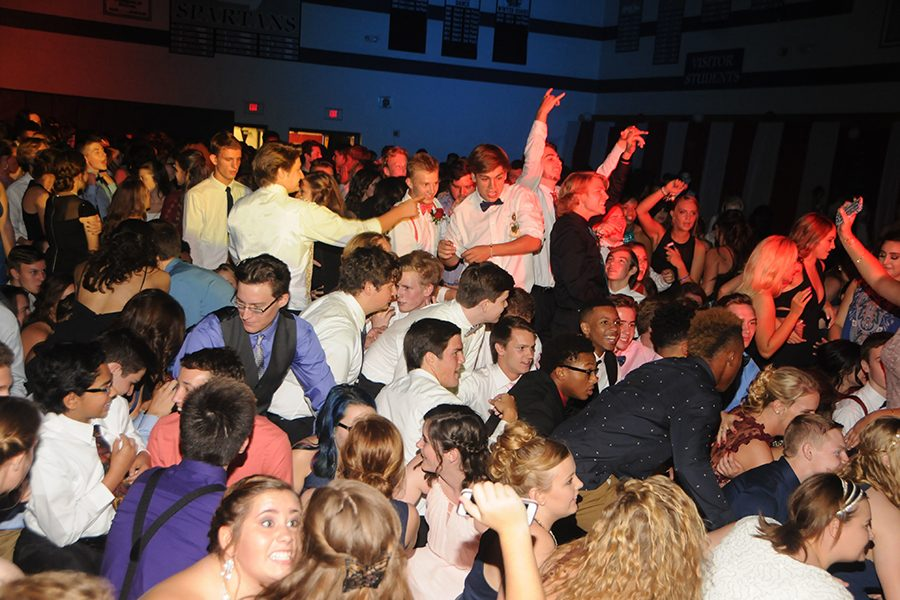Students+dance+at+the+Homecoming+dance+on+Saturday%2C+Sept.+24+in+the+main+gym.+The+dance+drew+more+than+1%2C000+students+in+attendance.
