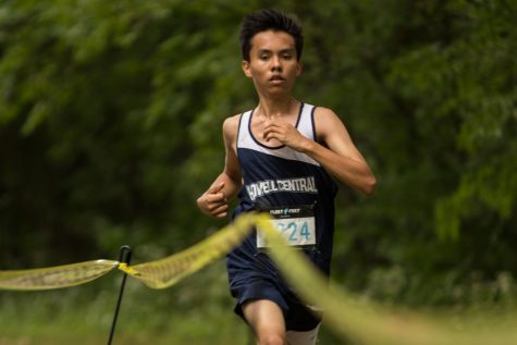 Junior Israel Chavez confidently pushes through the difficult course, heading towards a victorious finish.